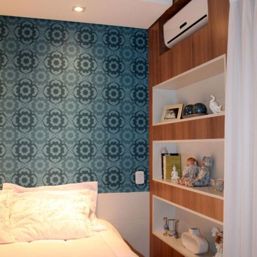 decoracao-papel-de-parede-azul-em-quarto-de-casal-com-estant-brunadias-23344-proportional_600w
